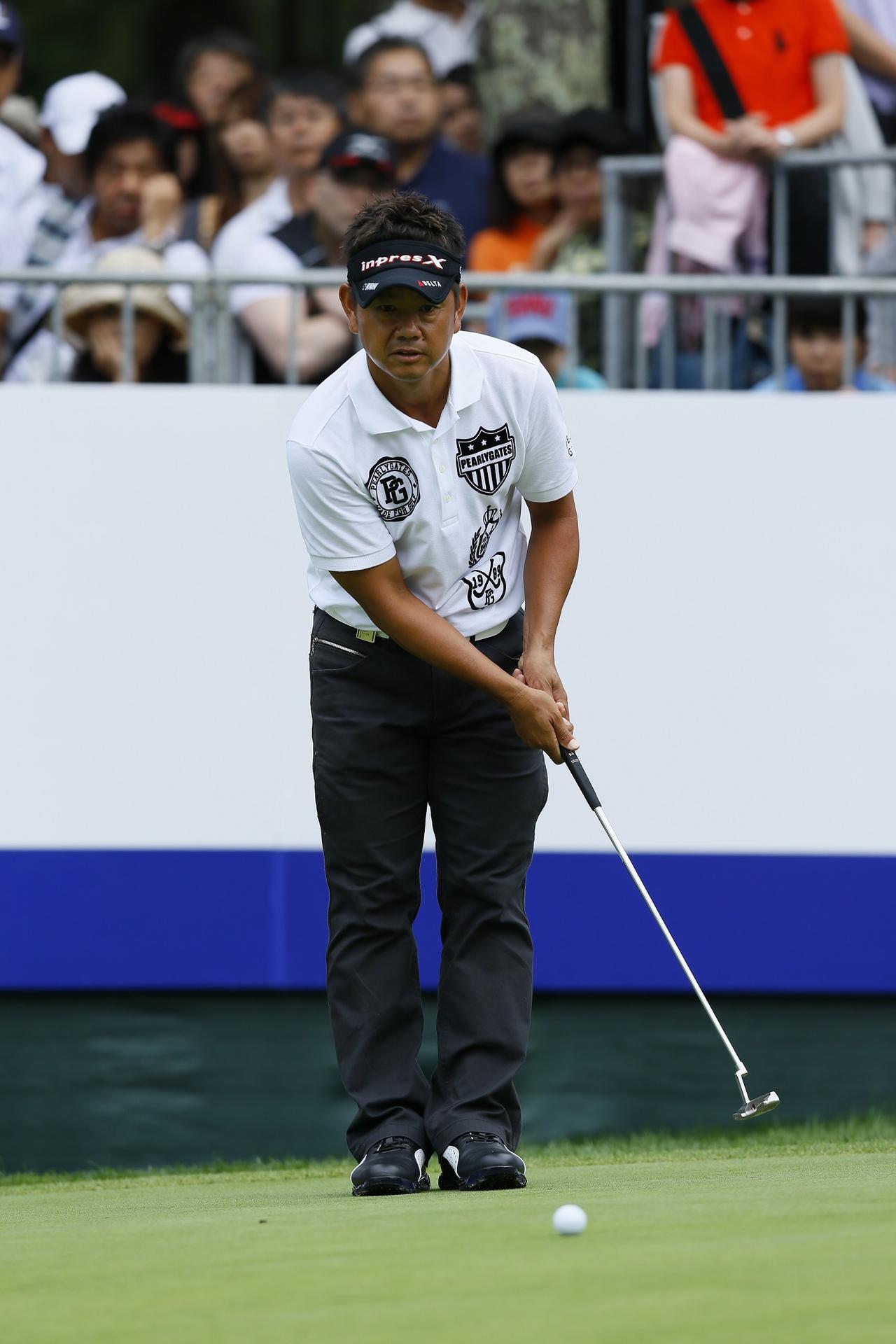 画像: カップとボールを結んだ後方線上で素振りをする藤田寛之プロ。距離感がつかみやすい