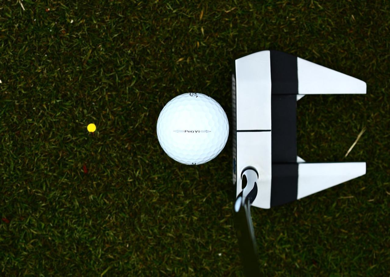 画像: ボールに近い位置(黄色い点)を目印にすると、打ち出し方向がブレにくい
