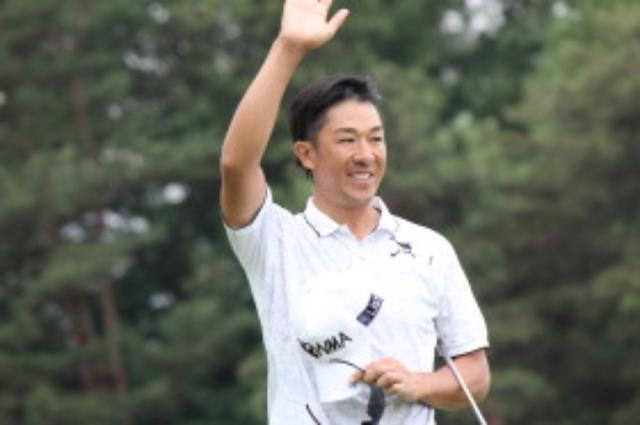 画像: 優勝を決めて、ファンに手を振る上井プロ 写真/JGTO