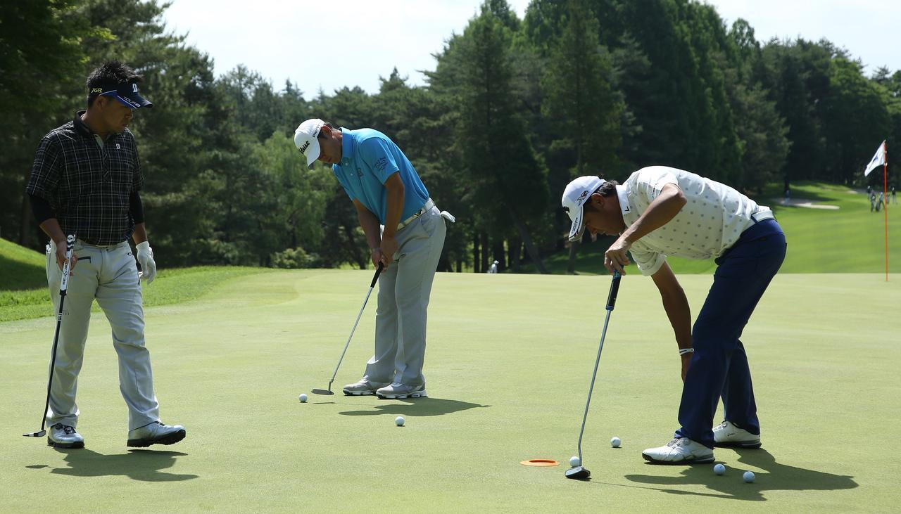 画像: グリーンの速さを確かめながら練習する岩本プロ(左)、今野プロ(中央)、海老根プロ(右) 写真/姉﨑正