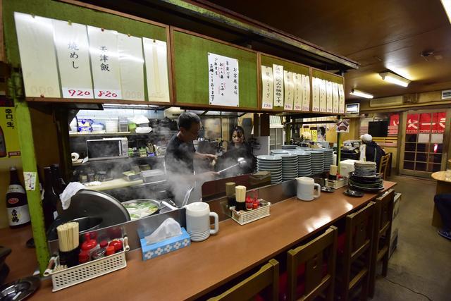 画像: こちら店内。帯屋町で飲み過ぎた人たちが必ず最後に訪れる、いわば「ヨッパライの名店」ですね