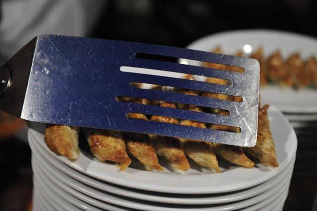 画像: 焼き上がったら、まずはフライ返しを押し付け、餡と皮を密着。早くそれをどかしてください!