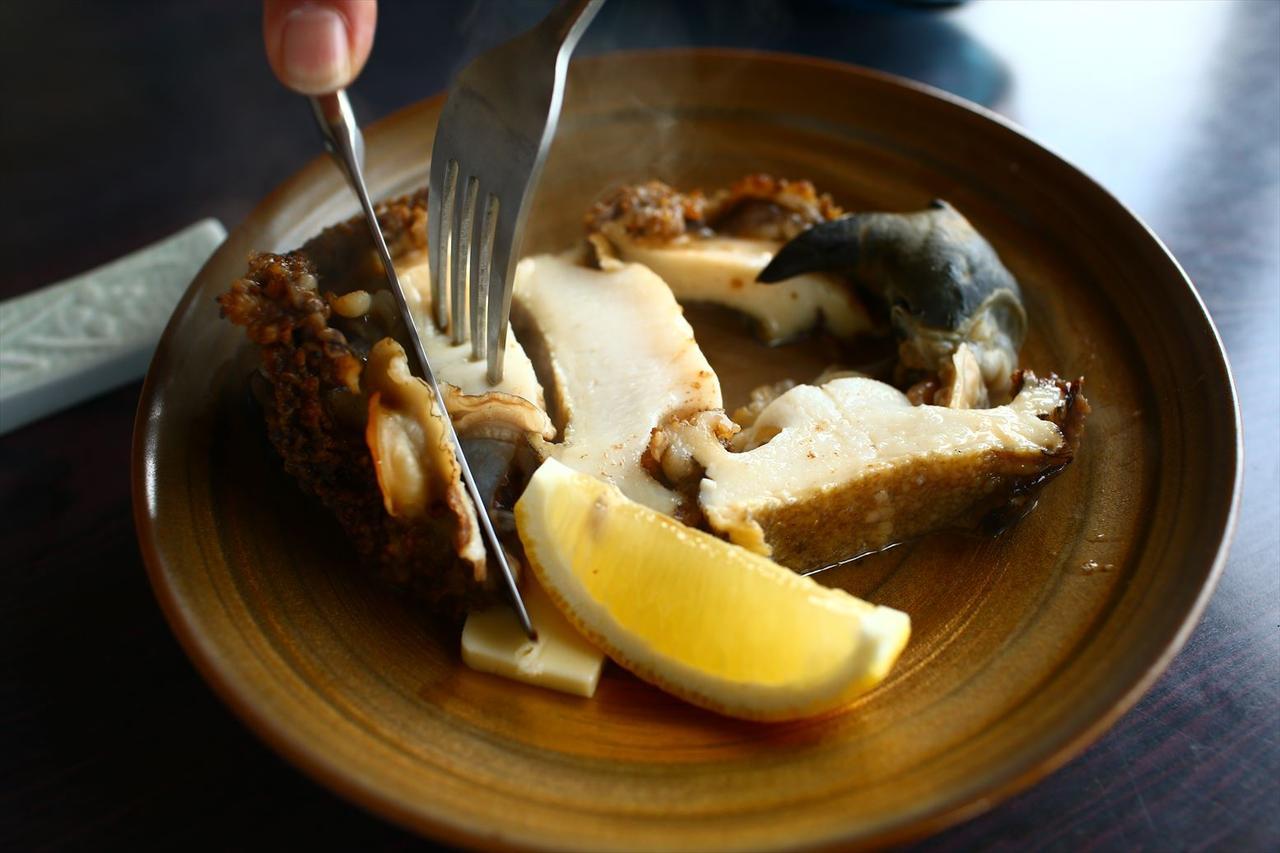 画像: 下田漁港すぐ近くにある老舗「磯料理 辻」の人気メニュー、アワビの躍り焼き。大きさにもよりますが、値段は2500~3000円ほど