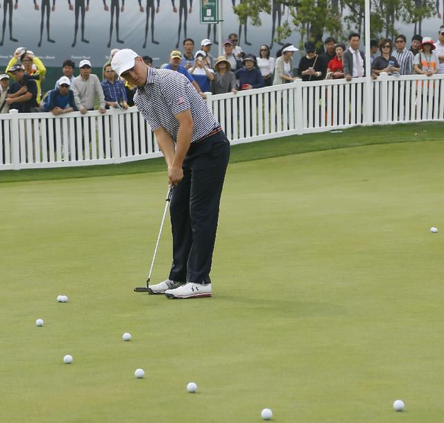 画像2: キム・キョンテは朝の練習グリーンで いったい何をやっているのか?