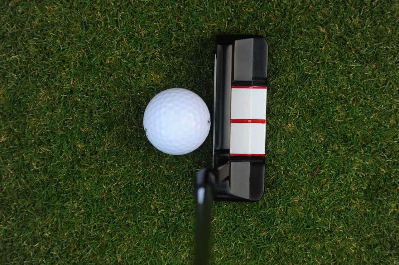 画像: 3本の線に加えてボールと同じ幅の白い帯があるパター。狙ったところに正確に構えやすい
