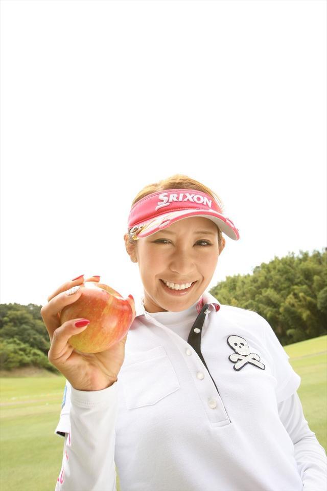 画像: 握力測定でリンゴをギュッ!
