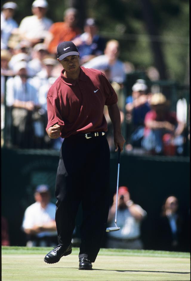 画像: 2000年全米オープン。2位に15ストローク差をつけ圧勝したタイガー。