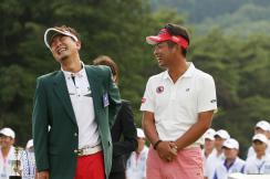 画像: 優勝した塚田プロ(左)と談笑する池田プロ(右) www.jgto.org