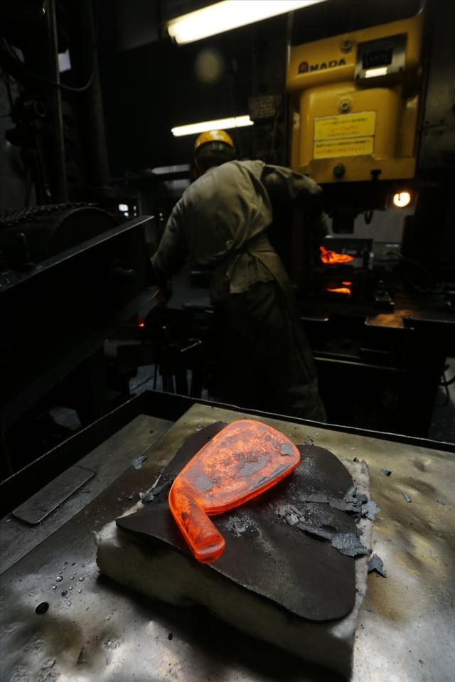 画像: 打ち立てほやほやの「生ヘッド」。ネックの穴などは以降の工程で空ける