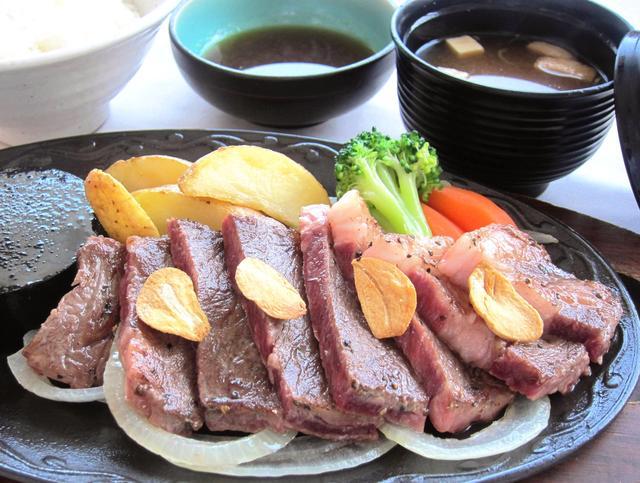 画像: こだま神川カントリークラブ アンガスサーロインステーキ鉄板焼き 1,944円(本体1,800円+税) 熱々で食べられるよう、鉄板で提供