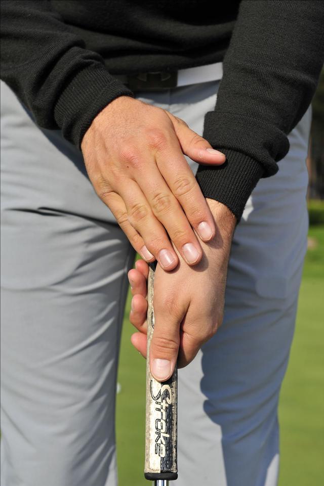 画像: 左手とパターが一体化する