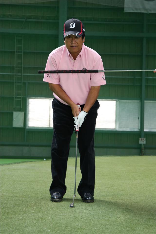 画像: 左手が下にあると肩のラインは真っすぐ