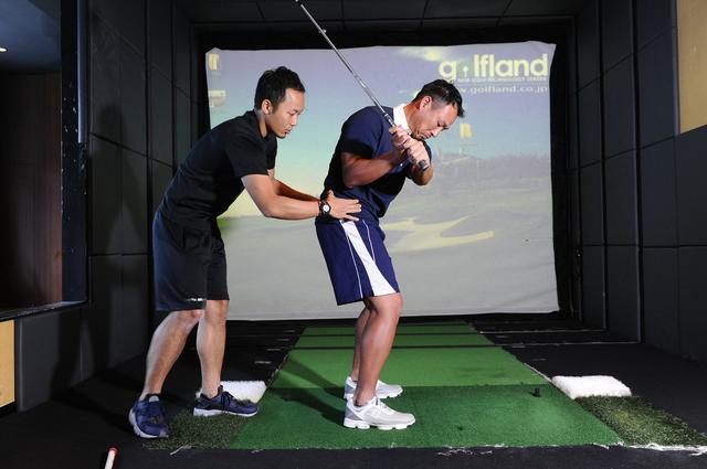 画像: 体幹を使って打つ!背中から腰まで一直線に構える - みんなのゴルフダイジェスト