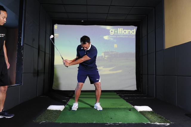画像3: 体幹を使って打つ! 背中から腰まで 一直線に構える