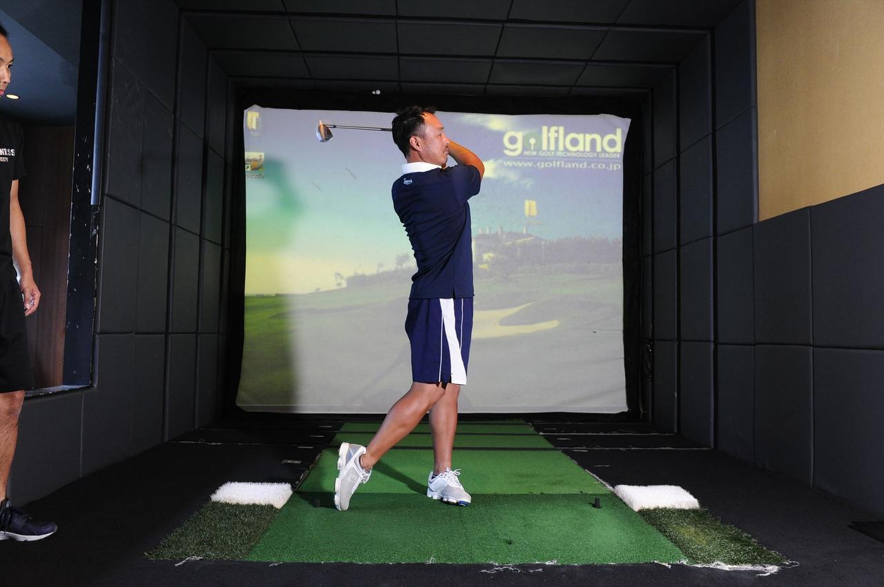 画像9: 体幹を使って打つ! 背中から腰まで 一直線に構える