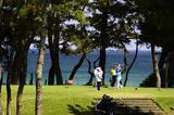 画像: 下関市街から車で20分ほどの場所にある下関ゴルフ倶楽部。海のすぐ傍にある1番ホール(写真)が象徴的。