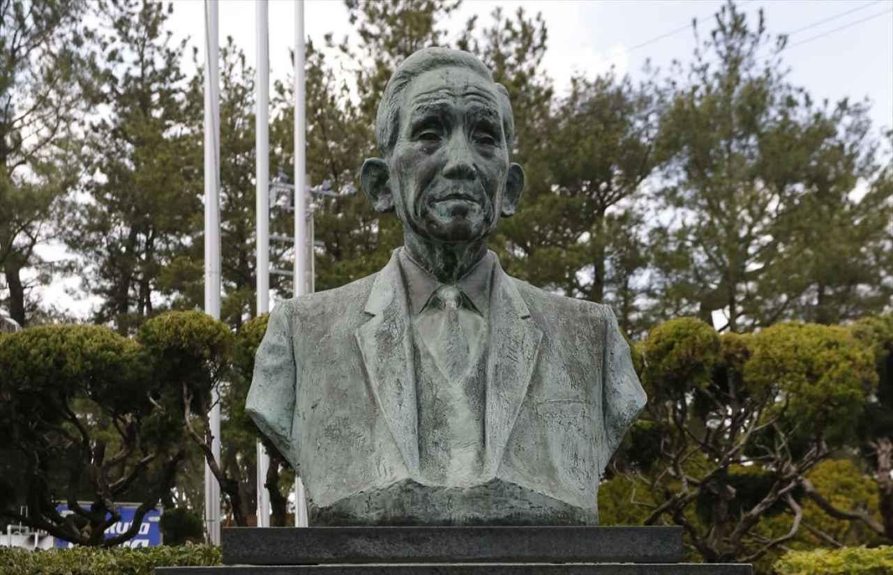 画像: 下関ゴルフ倶楽部、クラブハウス入口付近で見つけた中部利三郎の銅像。下記しますが、利三郎はこのコースの創設者でもあります。