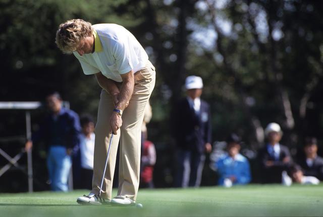 画像: イップスに罹ったベルンハルト・ランガーは右手でシャフトと左腕をつかむスタイルでイップスを克服。1993年に2度目のマスターズ制覇を果たした