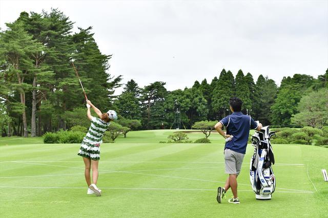 画像: 練習ラウンド中の松森彩夏プロ。松森プロはユーティリティを使ってますね。