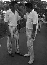 画像: 尾崎の肩に手を置く杉本英世 1971年日本プロにて撮影