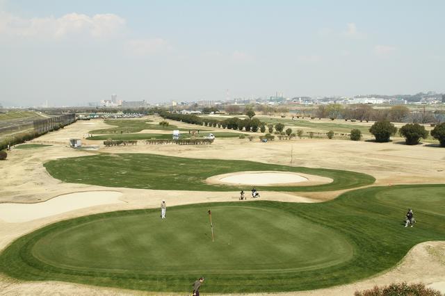 画像: 昭和39年東京オリンピック、昭和45年には大阪万博が開催され、経済大国になったことからゴルフ熱はさらに高まり、コース、練習場とも週末には待ち時間が出るほど混んだ。写真は、大阪のくずはパブリック