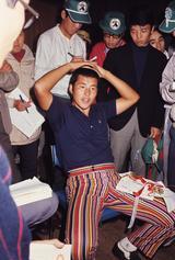画像: 1971年ゴルフダイジェストトーナメントにて記者らの取材に応じる尾崎