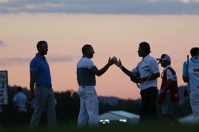 画像: トワイライトの中、同組のガルシア、ダスティンと握手を交わす松山