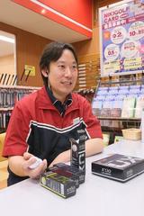画像: 二木ゴルフ南町田店 店長の山口康行さん。「明らかに売れ筋ボールの流れが変わってきています」