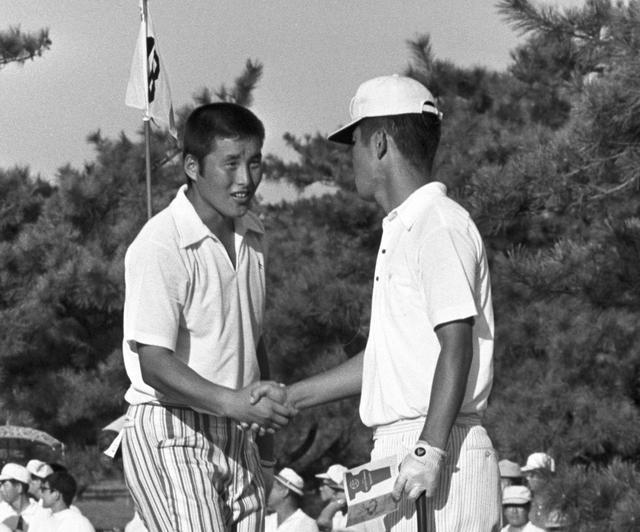 画像: 尾崎将司と健闘を称え合う島田幸作(右)