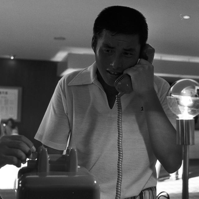 画像: 念願の初優勝が決定するや否や電話に飛びつき日東興業の松浦社長に報告する尾崎