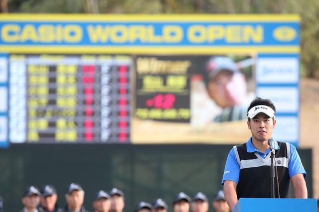 画像: 2013年4月にプロ転向し、はやくも同年11月に開催されたカシオワールドオープンで4勝目を達成した松山英樹。この試合で3人目の2億円プレーヤーになったと同時に、史上初のルーキーイヤーでの賞金王をもぎ取った
