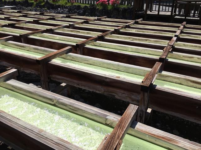 画像: 湯畑とは源泉を木製の桶に掛け流し、湯の花を採取したり湯温を調節する施設の総称。100度近くある草津の源泉を入浴に適温に調整するのに不可欠な施設です。