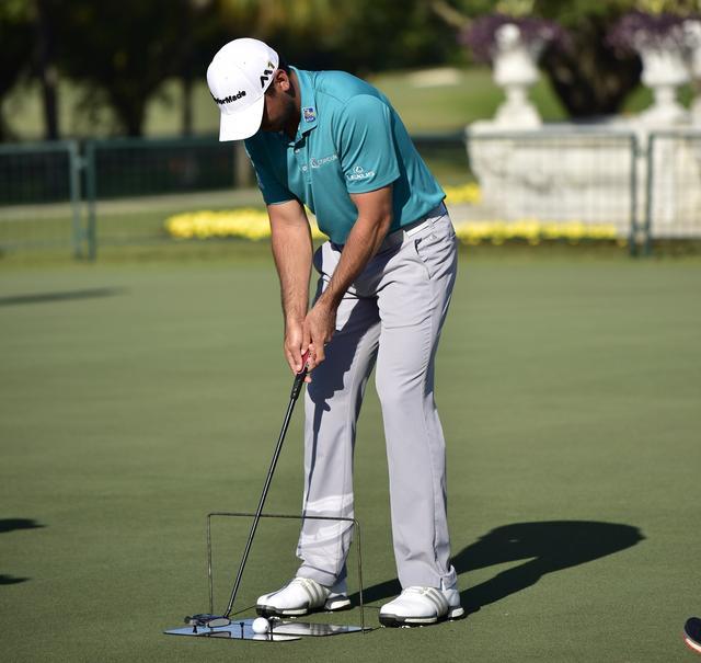 画像: ジェイソン・デイのパット練習。ヘッドとシャフトの動きを意識しながら練習を繰り返す