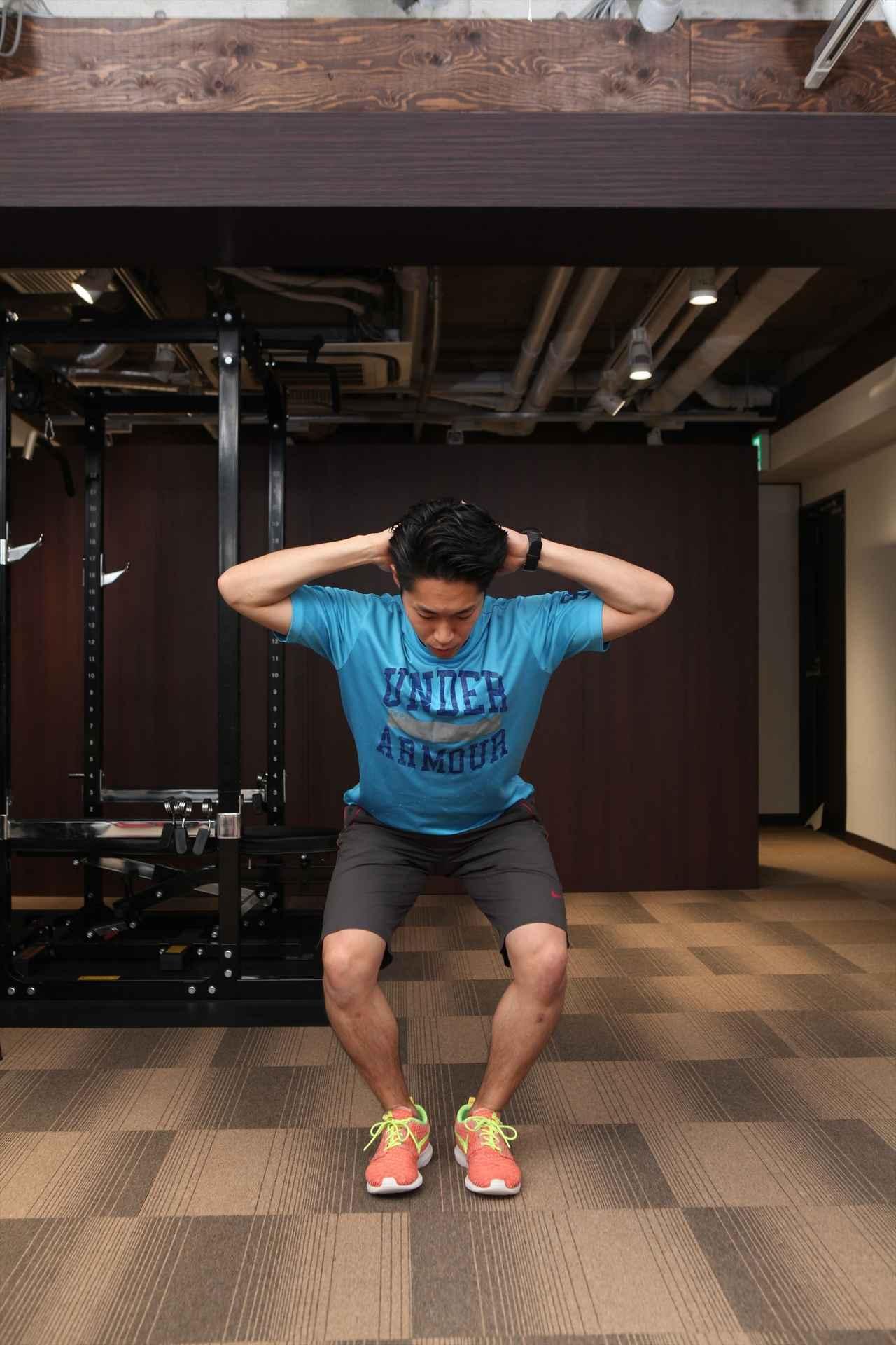 画像: ひざが外側に開かないように注意