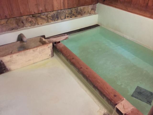 画像: 関乃湯より少し大きめの四角い浴槽ですが、やはりこちらも三人くらい入れば一杯でしょう