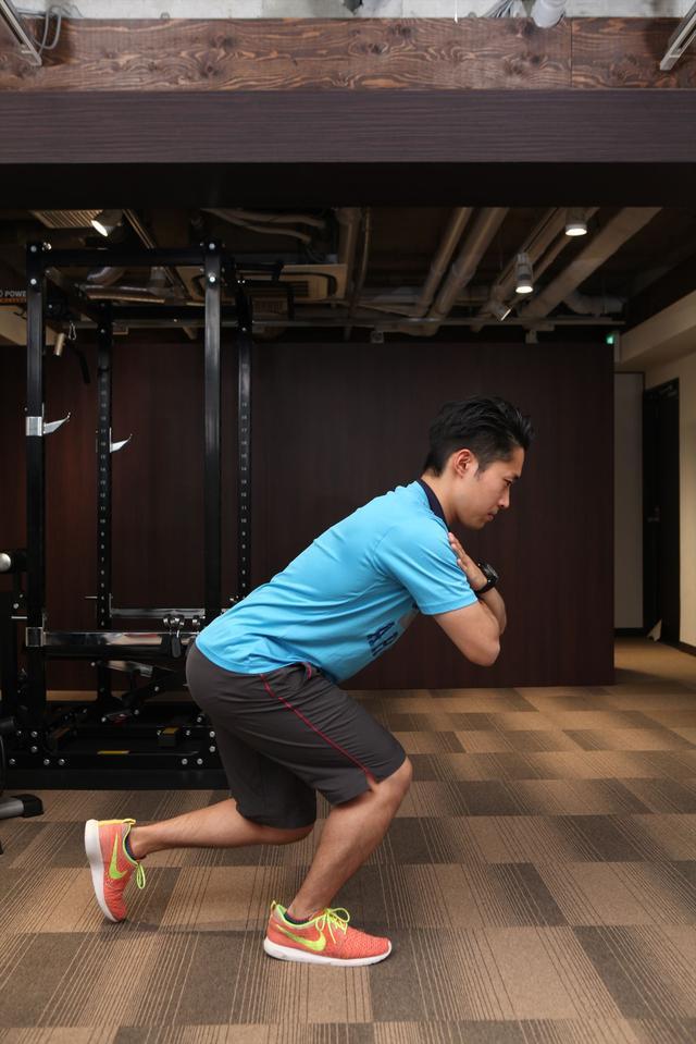 画像: 背筋を伸ばしたまま背中とすねが平行になるくらいまでしゃがむ