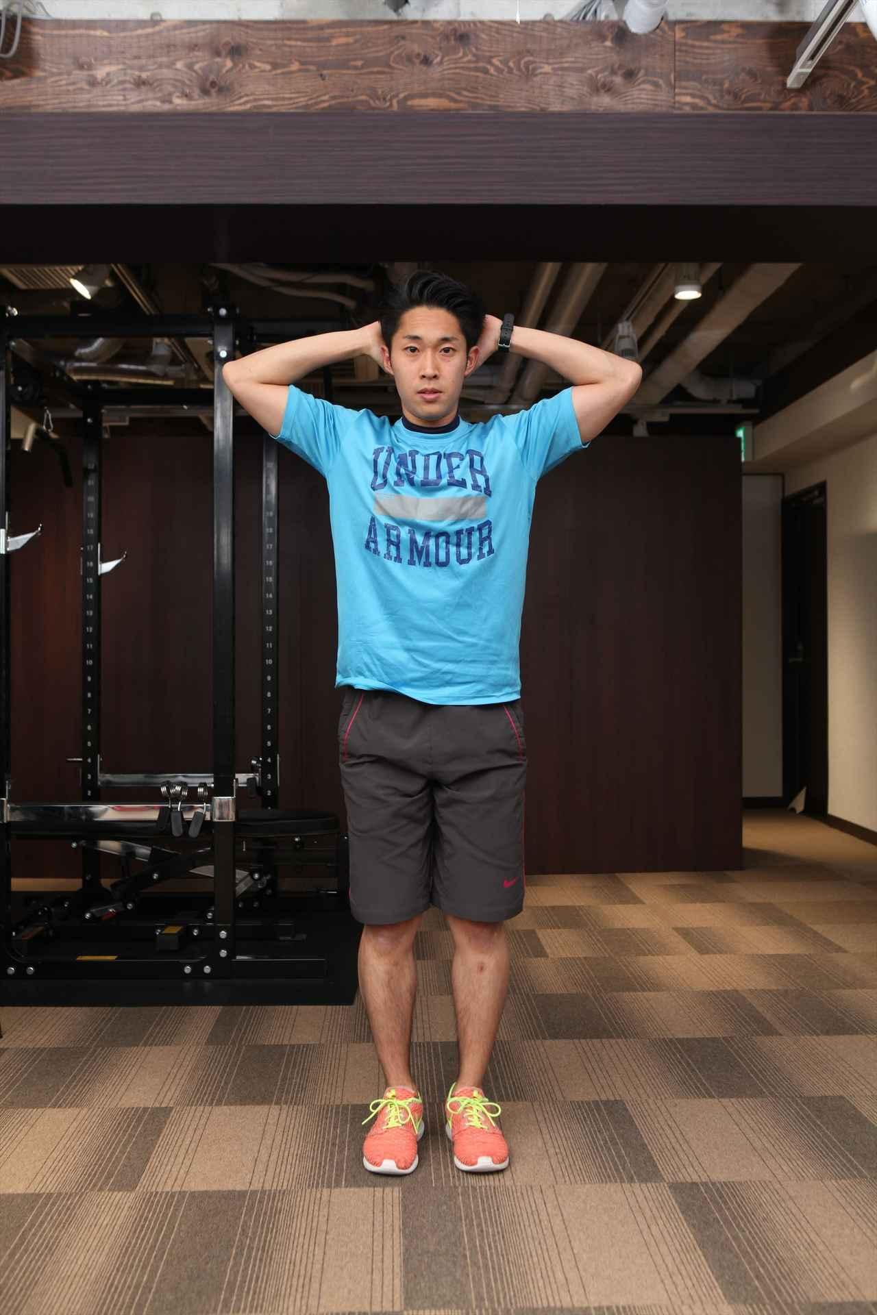 画像: 足を閉じてまっすぐに立つ
