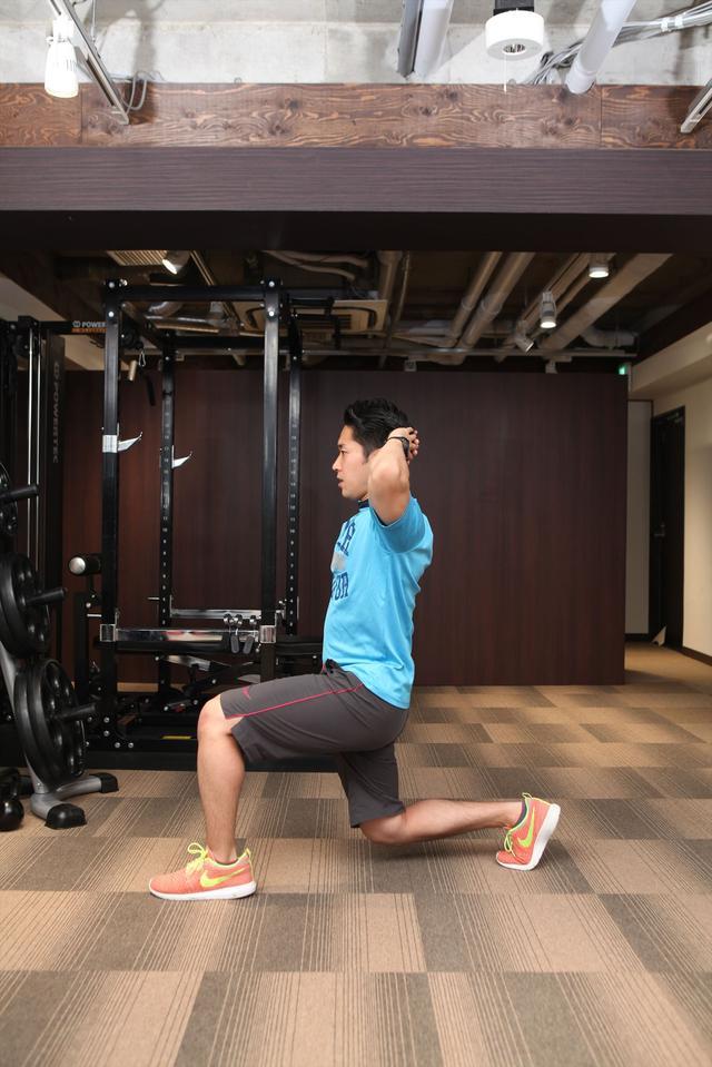 画像: 大きく一歩前へ出て、両ひざ、足首を90度にする