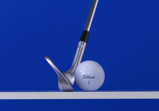 画像: ソールがピタッと接地し、バウンスが利かない構え。ボールを右に置けば置くほどこの状態に