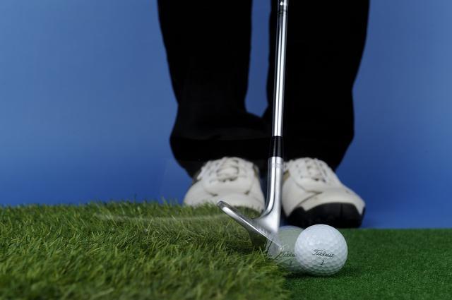 画像: 横から緩やかにヘッドを入れて刃で打つ練習。ソールを滑らせる感覚がつかめてくる