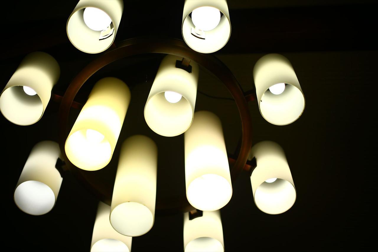 画像: この照明デザインは、現在でも全く古臭さを感じません。