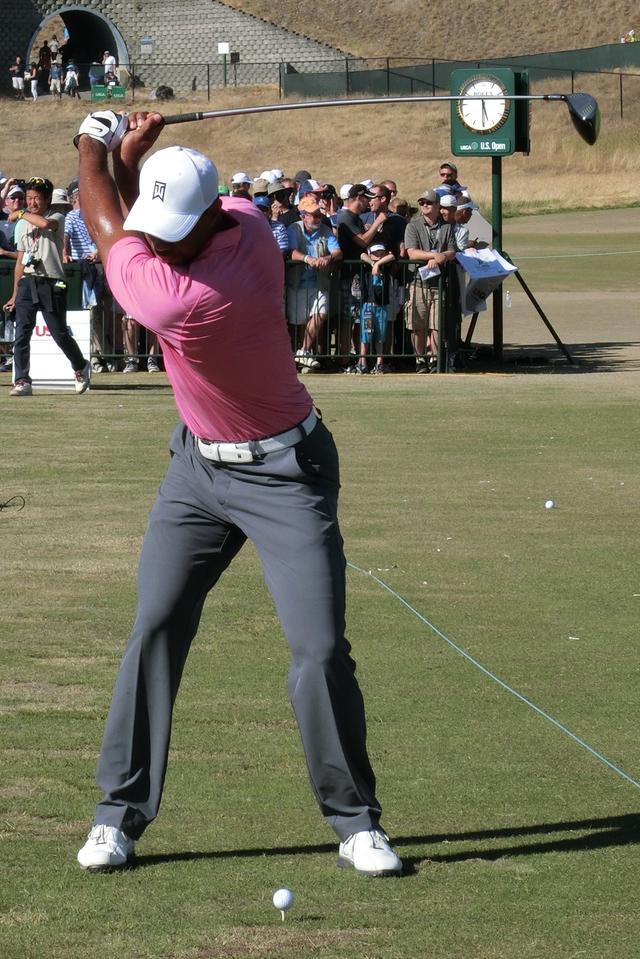 画像: スウィング時、肩甲骨は左右別の動きをしている