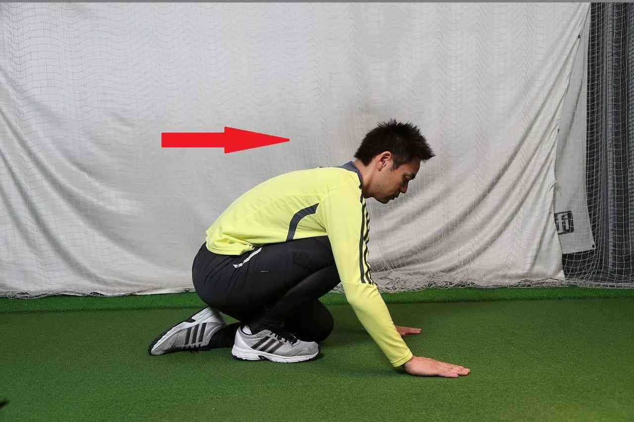 画像: ストレッチ:ひざを折って体ごと前に倒す