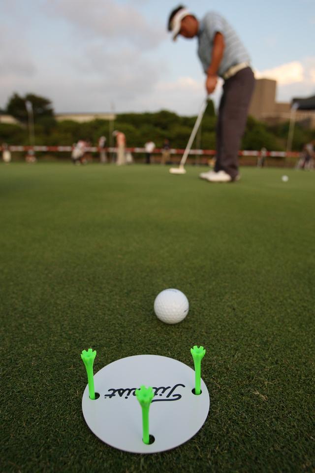 画像: 練習グリーンでカップを狙うと、入れることが目的になりやすく、距離感に意識が向かない。あえてティやカップ大のものを狙うことで、細かな距離感が身に付きやすくなる