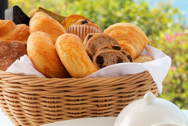 画像: パンは焼き立てのデニッシュやクロワッサンが食べ放題!