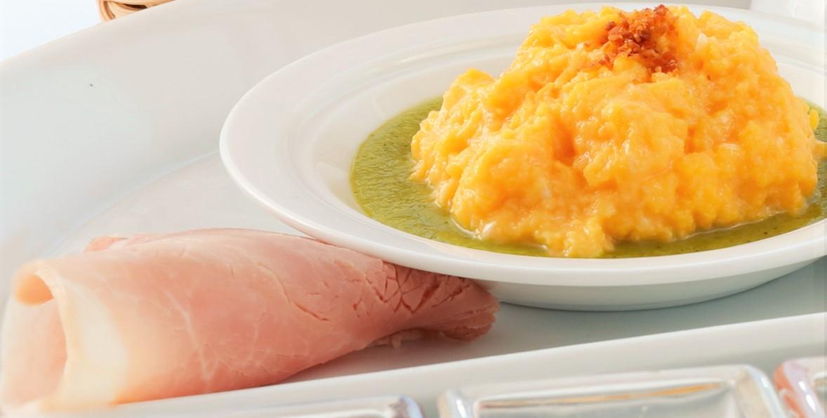 画像: フレンチをベースにしながらも、バターや生クリームを極力使わない 素材を生かしたレシピは門外不出とか。こちらは優しい味わいのスクランブルエッグ。