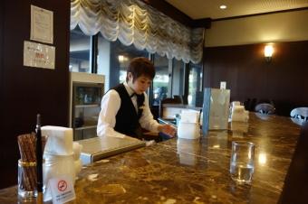 画像: 場違い感丸出しな私はまず、心を落ち着けるべくバーカウンターでコーヒーを飲む…。普段はこんな優雅なことしませんが、いいんです。少しでも大阪GCの魅力と雰囲気に触れたいじゃないですか!(言い訳)