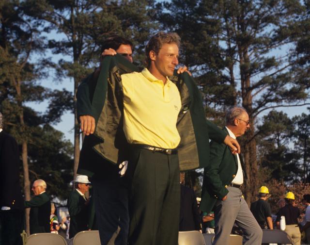 画像: 前年優勝のフレッド・カプルスからグリーンジャケットを着させてもらうランガー。2度目のマスターズ制覇となった