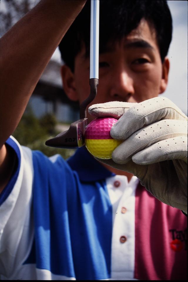 画像1: 球の赤道をパターの下で打つ