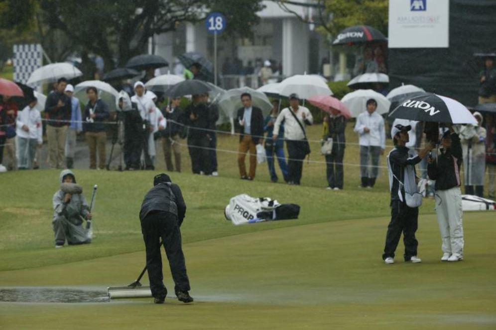 画像: 雨の日の試合は大変だ